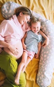 Mère Et Fille Enceintes Ensemble à La Maison Femme Avec Son Premier Enfant Pendant La Deuxième Grossesse Photo Premium