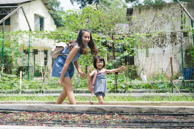 Mère et fille engagées dans le jardinage ensemble