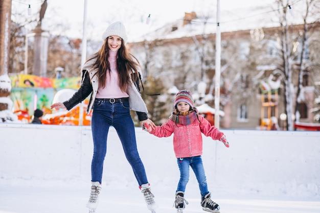 Mère, fille, enseignement, patinage glace, patinoire