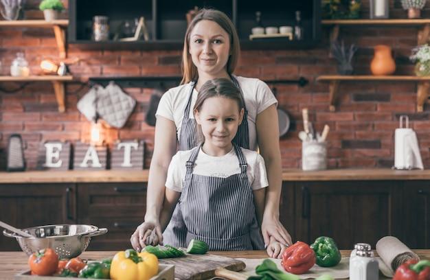 Mère et fille ensemble dans la cuisine