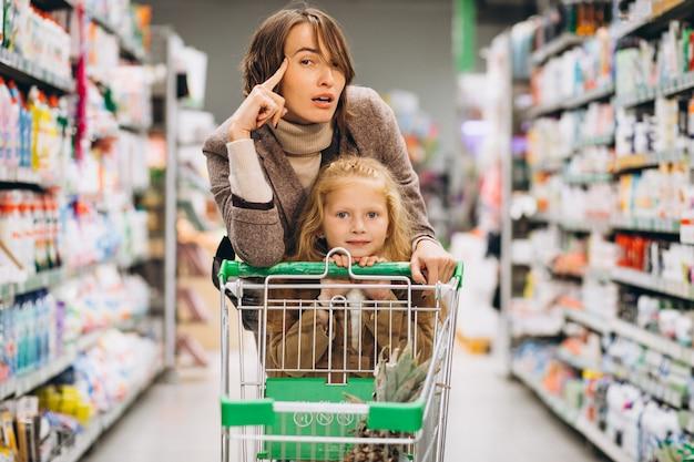 Mère, fille, épicerie