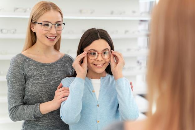 Mère et fille essayant des lunettes