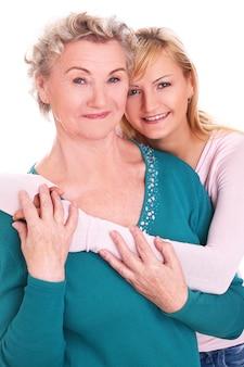 Mère et fille étreignant