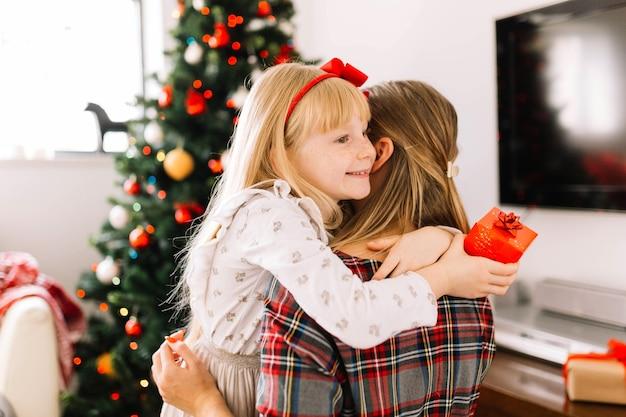Mère et fille étreindre
