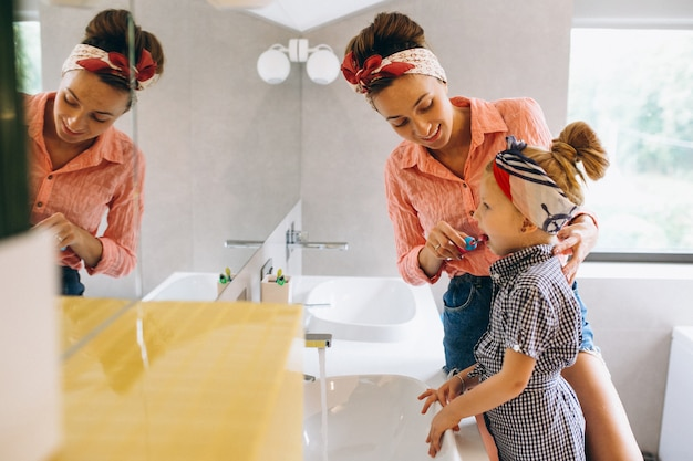 Mère et fille fabriquant des masques à la maison