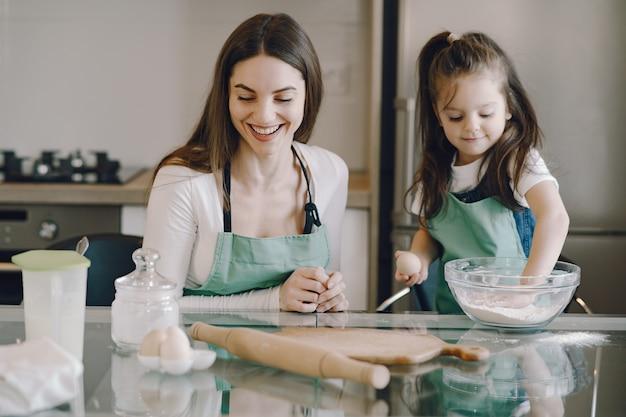 Mère et fille faire cuire la pâte pour les cookies