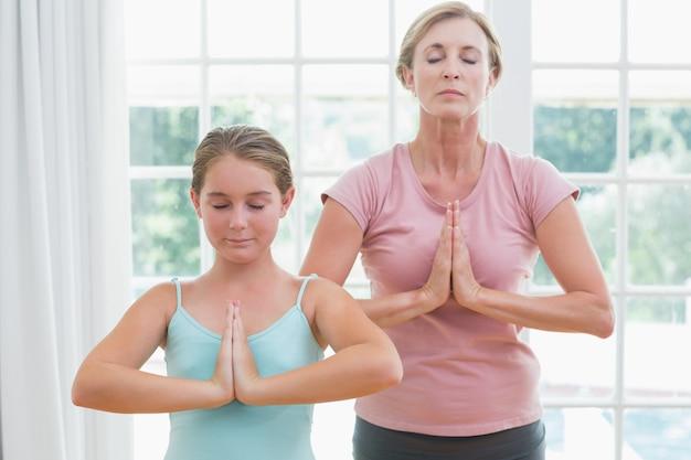 Mère et fille, faire du yoga