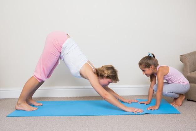 Mère et fille faire du yoga