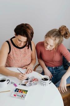 Mère et fille faisant de l'art ensemble
