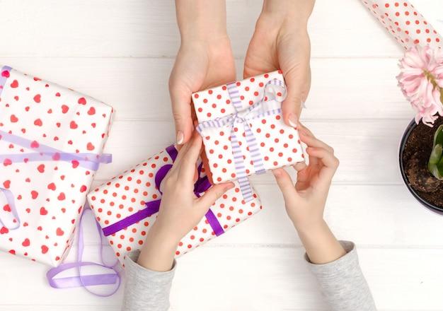 Mère et fille faisant des cadeaux