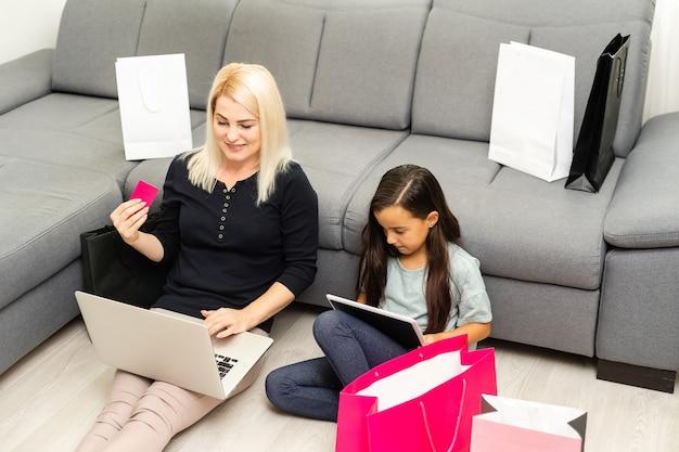 Mère et fille faisant du shopping sur internet