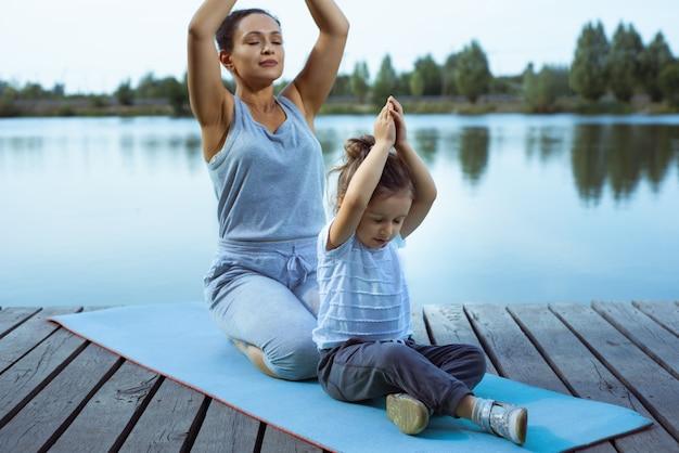 Mère et fille faisant du yoga
