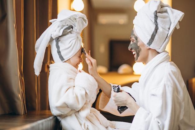 Mère et fille faisant des masques