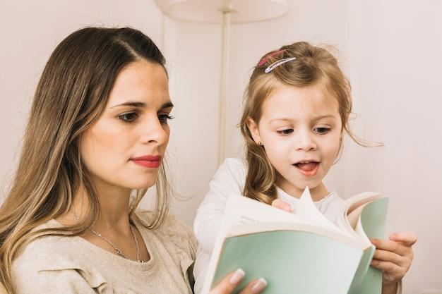 Mère et fille feuilletant des pages de livre