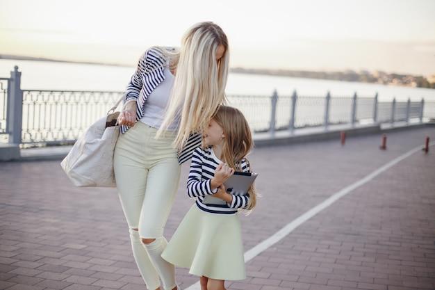 Mère et fille habillée dans les mêmes couleurs marchant