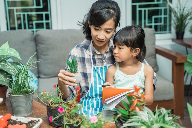 Mère fille, jardinage, et, étudier