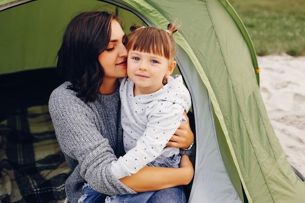 Mère avec fille jouant dans un parc d'été