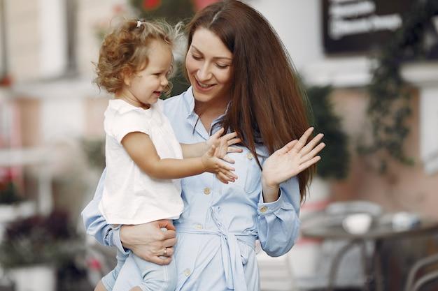 Mère avec fille jouant dans une ville d'été