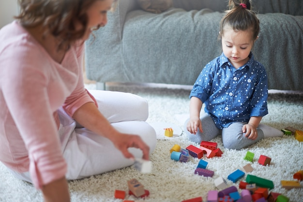 Mère et fille jouant avec des jouets