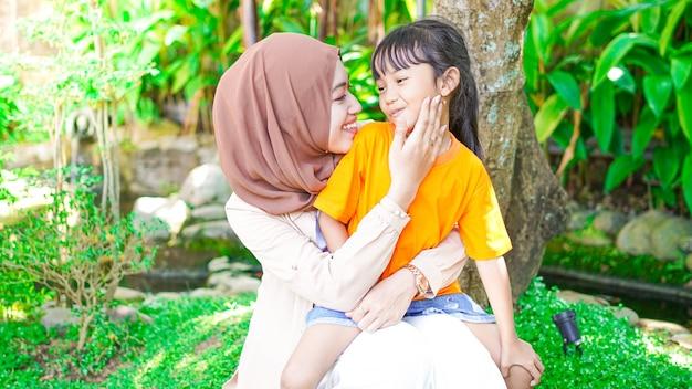Mère et fille jouent et s'amusent dans le parc