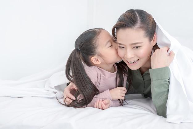 Mère et fille jouir au lit à la maison