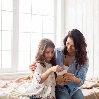 Mère, fille, lecture, carte voeux