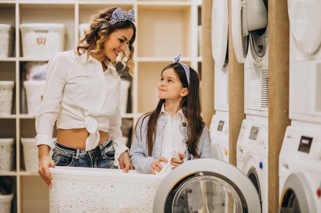 Mère fille, lessive, à, self-service, laverie