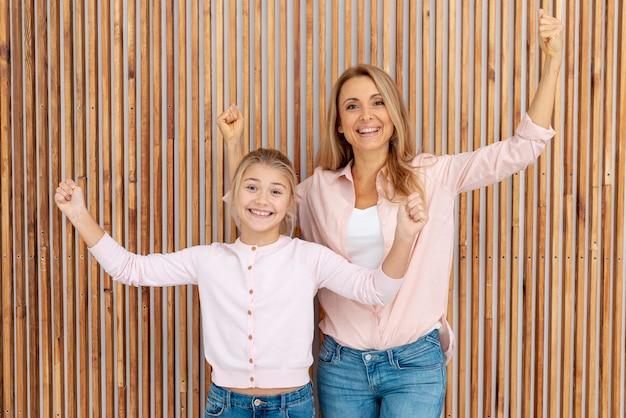 Mère et fille lèvent des mains d'héritier
