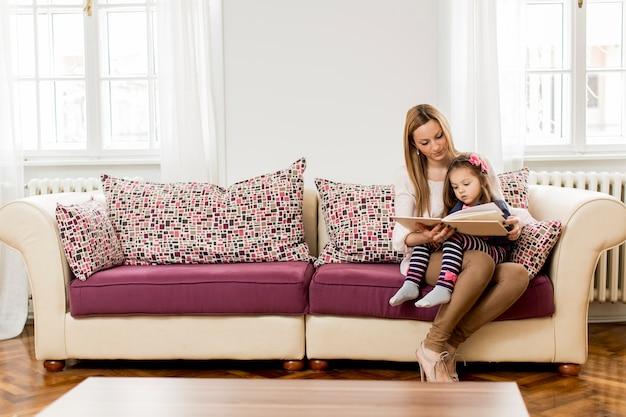 Mère et fille lisant dans la chambre