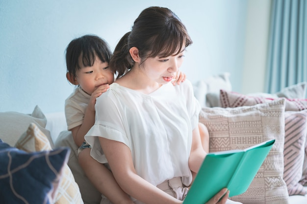 Mère et fille lisant un livre d'images