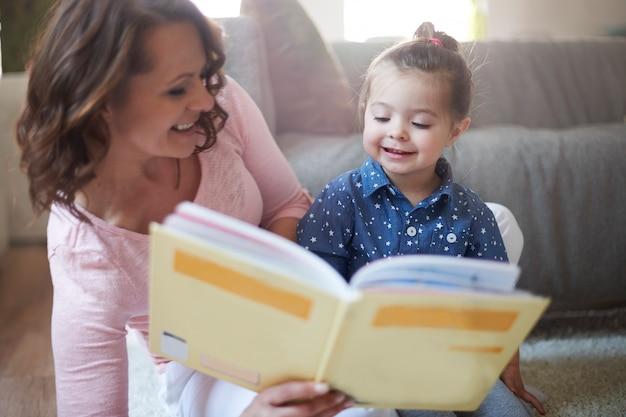 Mère et fille lisant un livre