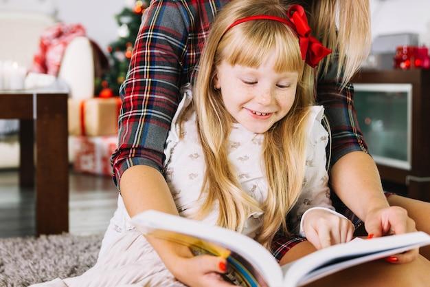 Mère et fille lisant togehter