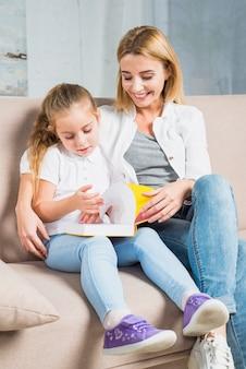 Mère et fille lisant