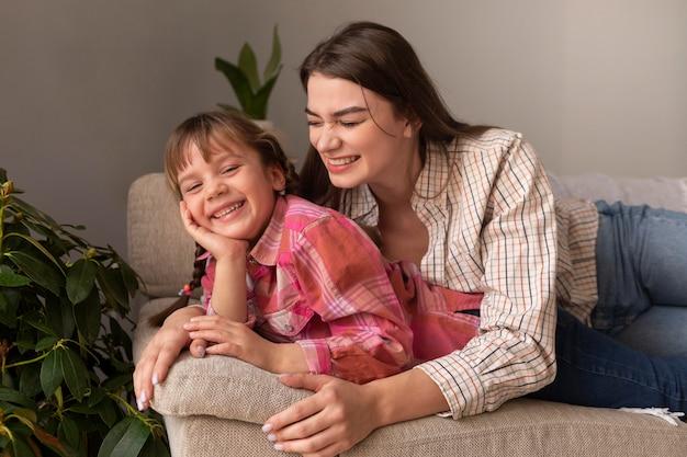 Mère et fille à la maison étreignant