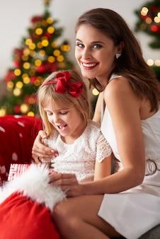 Mère et fille à la maison pour les vacances de noël