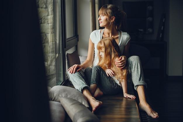 Mère avec fille à la maison