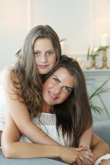 Mère et fille à la maison