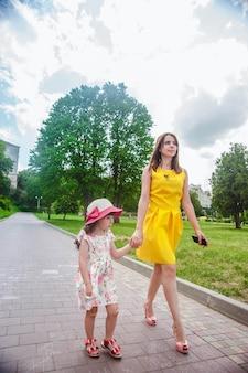 Mère et fille marchant sur un chemin de galets