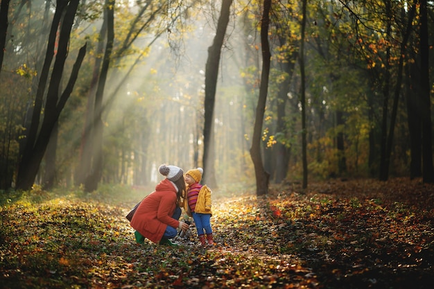 Mère et fille marchant dans le parc et profitant de la belle nature d'automne.