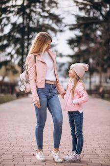 Mère avec fille marchant dans le parc