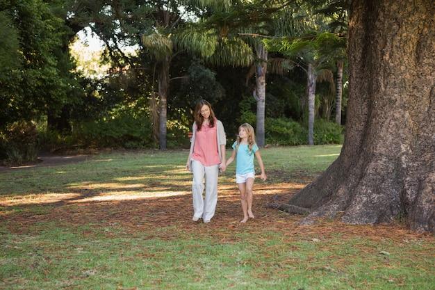 Mère et fille marchant dans un parc