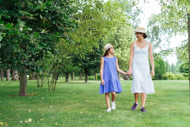 Mère et fille marchant ensemble à l'extérieur