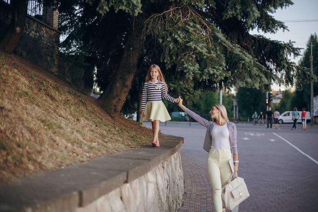 Mère et fille marchant main dans la main