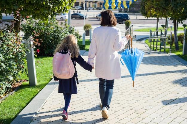Mère et fille marchant