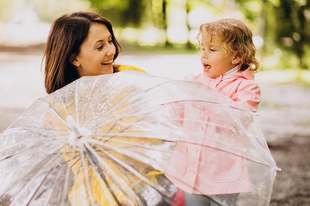 Mère, fille, marche, pluie, parapluie