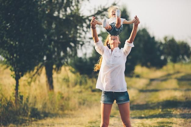 Mère et fille marchent ensemble sur une route rurale