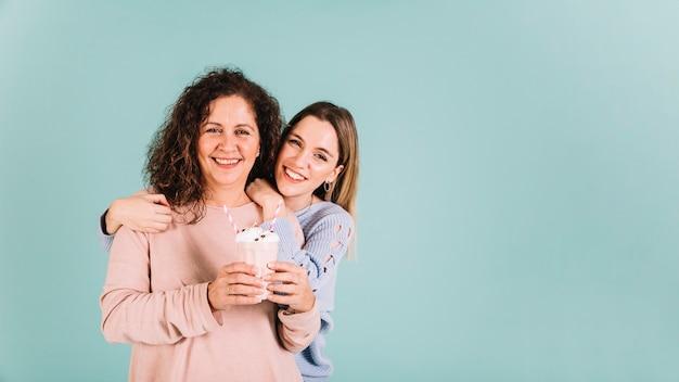 Mère et fille avec milkshake