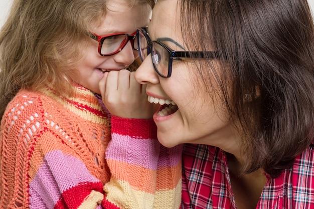 Mère et fille murmurant des potins