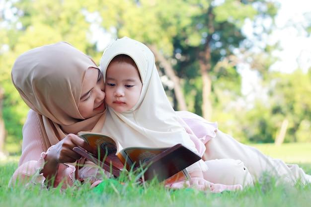 Mère et fille musulmane aiment se détendre dans le parc.