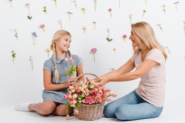 Mère et fille avec panier fleurs